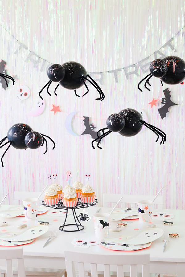 hang-spider-balloons-for-halloween-table