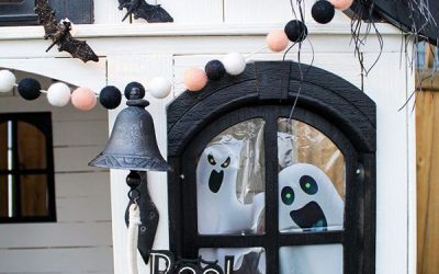 outdoor-halloween-playhouses-with-ghost-in-the-window