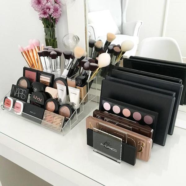 pallete-holder-acrylic-makeup-storages