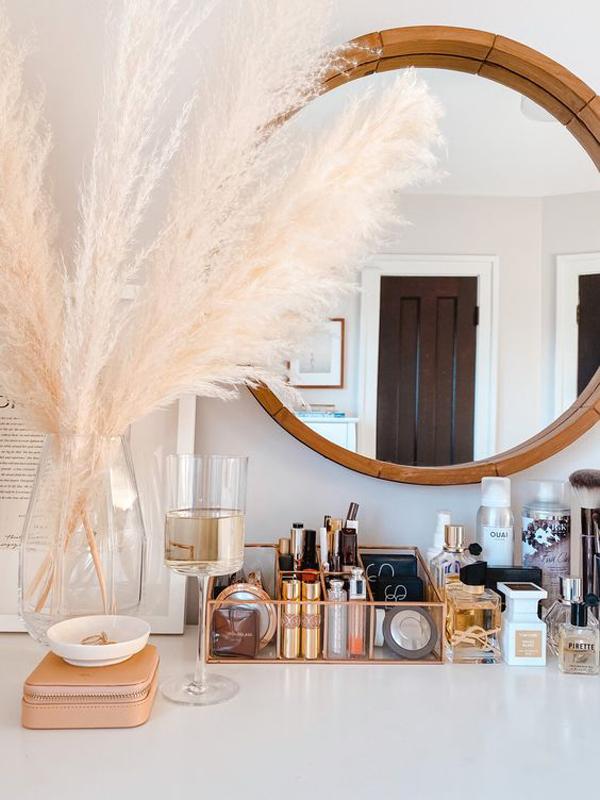 pretty-makeup-and-vanity-organization