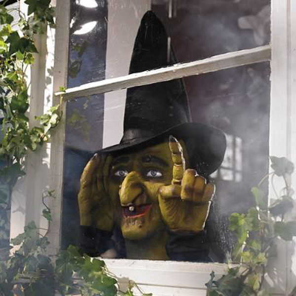 scary-peeper-witch-ideas-for-halloween-window