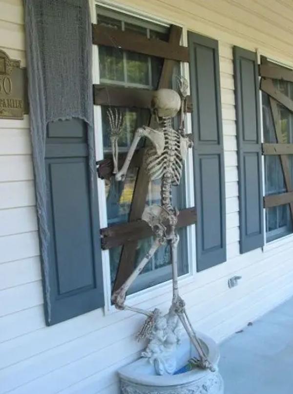 scary-skeleton-window-decor-for-halloween