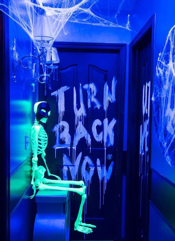skeleton-halloween-neon-in-the-door