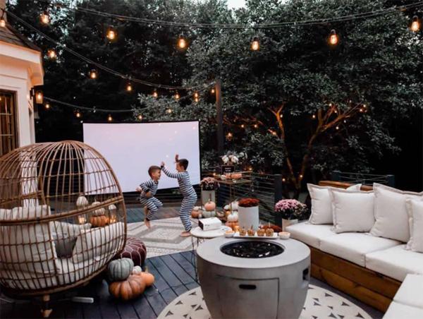 backyard-seating-area-with-screen-cinema