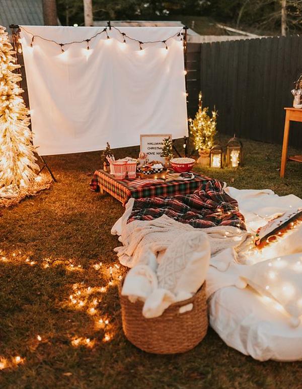 cozy-backyard-christmas-movie-night