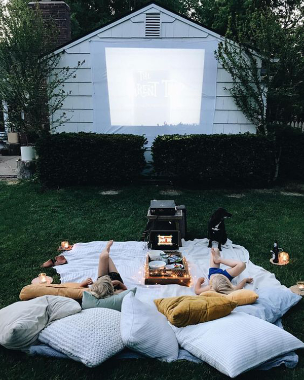 kids-outdoor-movie-night-in-wall-projector